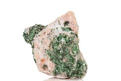 Камень Fuchsite макроса минеральный на белой предпосылке стоковые изображения rf