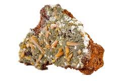 Камень Mimetite макроса минеральное на белой предпосылке стоковые фото