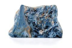 Камень Pietersite макроса минеральное на белой предпосылке стоковое изображение