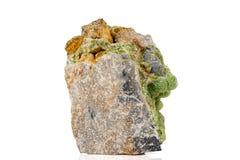 Камень Smithsonite пинка макроса минеральный на microcline на белой предпосылке стоковое фото