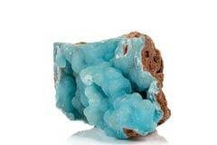 Камень Smithsonite пинка макроса минеральный на microcline на белой предпосылке стоковые изображения rf