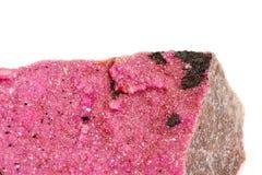 Камень Spherocobaltite макроса минеральное на белой предпосылке стоковая фотография rf