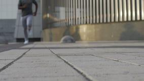 Камера атлетического черного человека причаливая в замедлении, идущих тренировках видеоматериал
