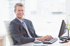 камера бизнесмена смотря усмедущся Стоковая Фотография RF