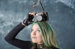 камера введенным в моду steampunk девушки старым экспериментирует Стоковые Фото
