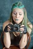 камера введенным в моду steampunk девушки старым экспериментирует Стоковая Фотография