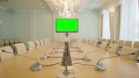 Камера двигает к современному овальному конференции против большого экрана видеоматериал