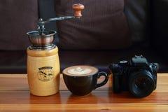 камера, винтажный коричневый кофе и механизм настройки радиопеленгатора на золоте деревянном стоковые фотографии rf