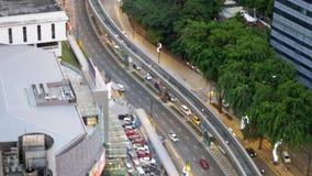Камера вращая над перекрестками в городе, автомобилями управляет через дорогу, вид с воздуха 3840x2160 видеоматериал