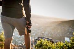 Камера в пешем туризме руки стоковое изображение rf