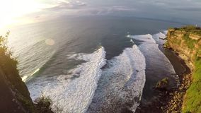 Камера двигает вверх, захватывающий взгляд на заход солнца на океане видеоматериал
