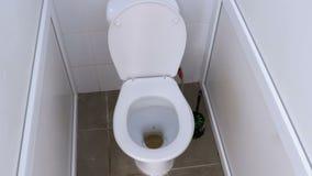 Камера двигает внутри кабины общественного туалета видеоматериал