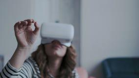 E Камера двигает вокруг маленькой девочки нося мобильные стекла виртуальной реальности Она пробуя уловить и касаться видеоматериал