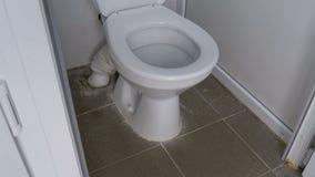 Камера двигает ровно снизу вверх внутри белой кабины общественного туалета видеоматериал