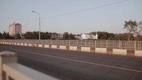камера двигает через мост через реку Автомобили проходят мимо сток-видео