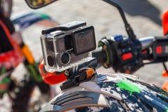 Камера действия на шлеме ` s всадника мотоцикла стоковое изображение