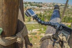 Камера действия на ручке на взбираясь башне Стоковое Изображение RF