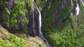 Камера летает к огромному водопаду в горах видеоматериал