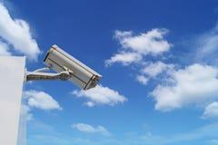 камера замкнутой цепи na górze здания на голубом небе и белизне Стоковое Изображение RF