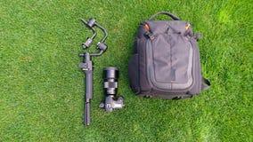Камера и видео- производственное оборудование на траве стоковые фото