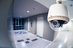 Камера или наблюдение CCTV работая в кондоминиуме с рыбами e стоковое фото rf