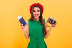 Камера и пасспорт excited молодой женщины туристская держа с билетами Стоковое Изображение