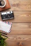 Камера и поставки на столе офиса деревянном Стоковое фото RF