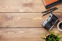 Камера и поставки на столе офиса деревянном Стоковое Изображение