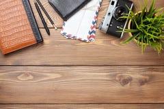 Камера и поставки на столе офиса деревянном Стоковые Фото