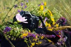 Камера и рюкзак стоковые изображения rf