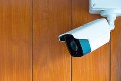 Камера камеры слежения или CCTV на деревянной стене в комнате Стоковое Изображение RF