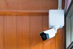 Камера камеры слежения или CCTV на деревянной стене в комнате Стоковые Фото