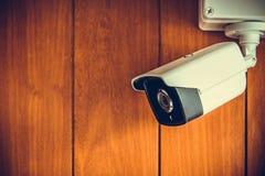 Камера камеры слежения или CCTV на деревянной стене в комнате Стоковая Фотография RF