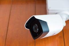 Камера камеры слежения или CCTV на деревянной стене в комнате Стоковые Изображения