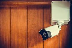 Камера камеры слежения или CCTV на деревянной стене в комнате Стоковое Изображение