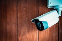 Камера камеры слежения или CCTV на деревянной стене в комнате Стоковое Фото