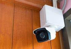 Камера камеры слежения или CCTV на деревянной стене в комнате Стоковая Фотография