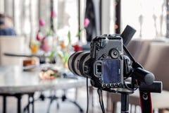 Камера канон 5D Марк России Kemerovo 2019-03-10 профессиональная II и много различных блюд, рыба, салаты на таблице в ресторане стоковая фотография rf
