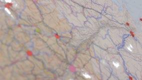 Камера крупного плана двигает вдоль карты с красным специальным Марк бесплатная иллюстрация