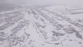 Камера летает над покрытым снег городом в России видеоматериал