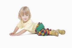 камера мальчика вниз смотря лежащ Стоковая Фотография RF