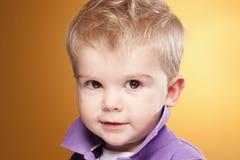 камера мальчика милая немногая смотря усмедущся Стоковые Изображения