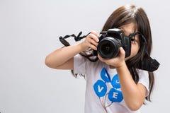 Камера маленькой девочки/маленькая девочка держа предпосылку камеры Стоковые Фотографии RF