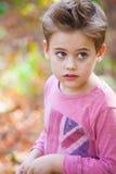 камера мальчика смотря напольный портрет Стоковое Фото