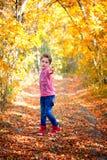 камера мальчика смотря напольный портрет Стоковые Изображения