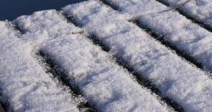 Камера медленно опрокидывает пристань снега сток-видео