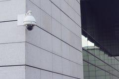 Камера наблюдения круглая на стене здания Стоковая Фотография