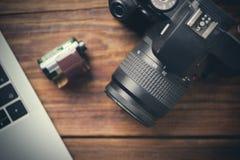 Камера на деревянном столе с компьютером и креном стоковое изображение rf