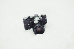 Камера на предпосылке снега стоковая фотография rf