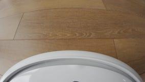 Камера на пылесосе робота к показывать более чистое движение ` s в от первого лица перспективе видеоматериал